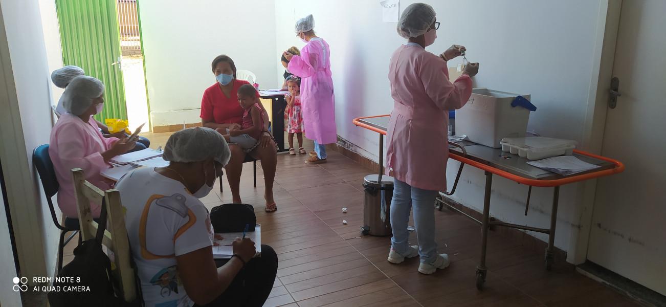 Equipe da Sala de vacina realizando ação de vacinação contra influenza crianças 6 mês a menores de 6 anos